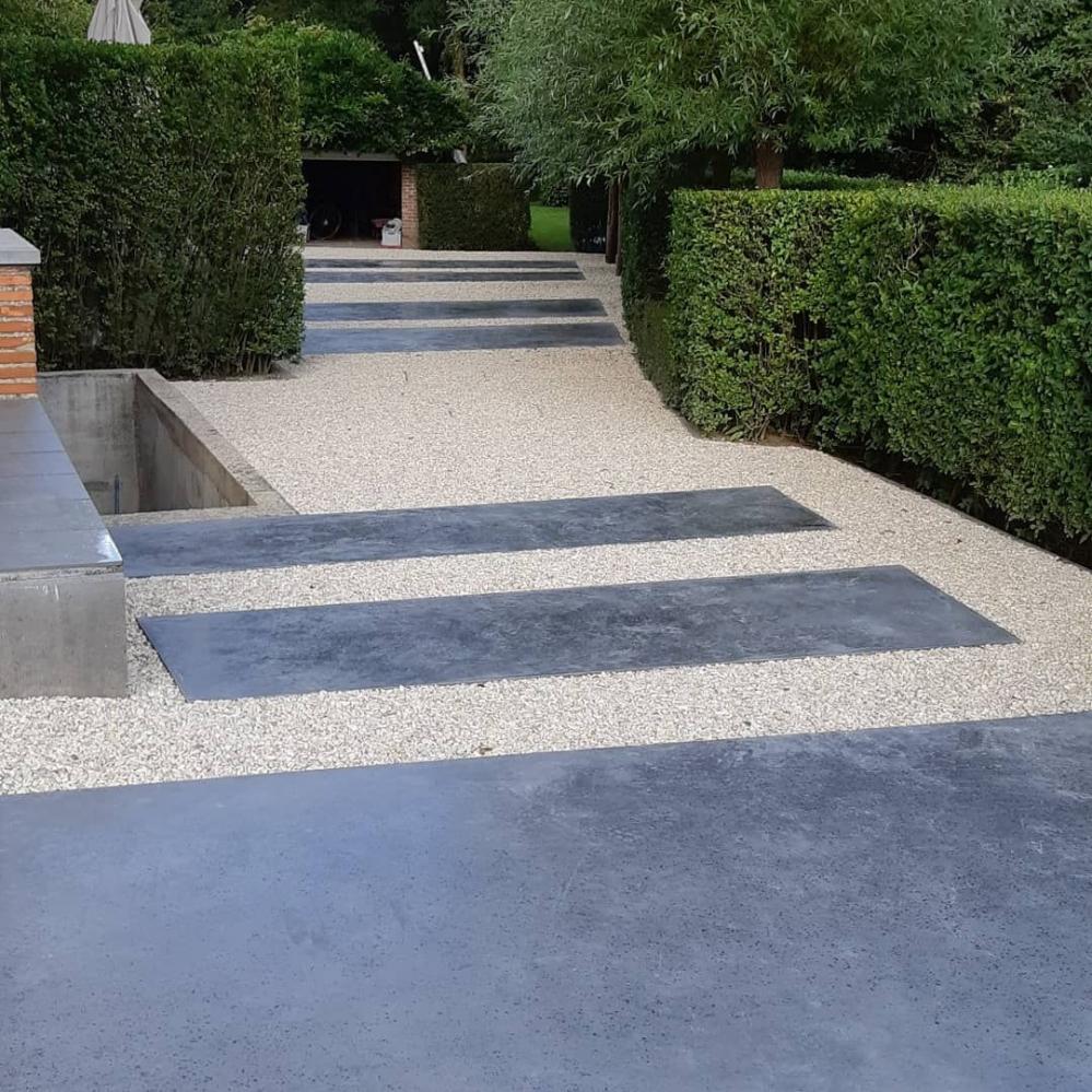 Oprit_steentjes_en_gepolierde_beton.jpg